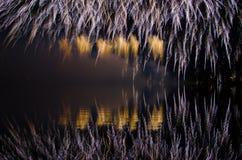 Färgrikt fyrverkeri på natten Arkivbild