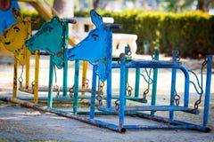 Färgrikt gammalt och rostigt järn som vaggar hästen Royaltyfri Fotografi