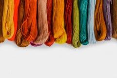 Färgrikt garn eller floss för handarbete eller handarbete på vit bakgrund royaltyfria foton
