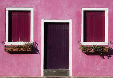Färgrikt geometrifoto av ett hus i den Burano ön Arkivfoto
