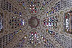 Färgrikt glass tak med olika glass färger Arkivfoton