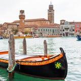 Färgrikt gondolfartyg på vattnet, de venetian husen och kanalsikten Royaltyfria Bilder