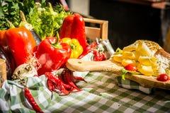 Färgrikt grönsaksortiment på marknadsplatsen Arkivbild