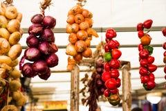 Färgrikt grönsaksortiment på marknadsplatsen Arkivfoto