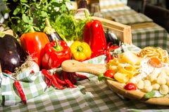 Färgrikt grönsaksortiment på marknadsplatsen Arkivfoton