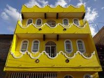 Färgrikt gult hus i Chilpancingo Royaltyfri Fotografi