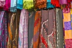 Färgrikt hänga för Scarves Royaltyfria Foton