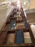 Färgrikt högväxt vinkabinett i hotell royaltyfria bilder