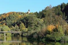 Färgrikt höstlandskap med floden Sazava, Tjeckien Arkivbild
