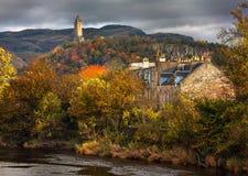 Färgrikt höstligt en sikt av den William Wallace monumentet fotografering för bildbyråer