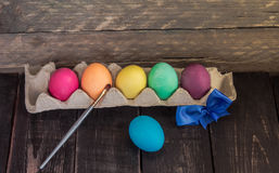 Färgrikt handgjort easter ägg med målningborsten lyckliga easter Royaltyfria Bilder