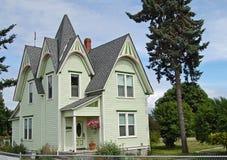 Färgrikt historiskt lantgårdhus Arkivbild
