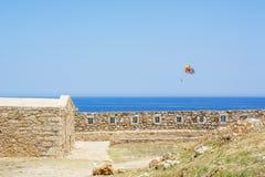 Färgrikt hoppa fallskärm över havet Arkivbild