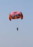 Färgrikt hoppa fallskärm Arkivfoton