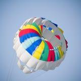 Färgrikt hoppa fallskärm Fotografering för Bildbyråer