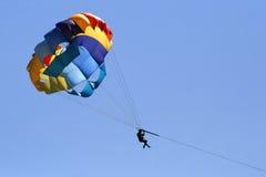 färgrikt hoppa fallskärm Arkivbilder