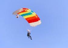 färgrikt hoppa fallskärm Royaltyfria Bilder