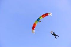 färgrikt hoppa fallskärm royaltyfria foton