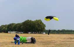 Färgrikt hoppa fallskärm landning, som stormen är kommande Royaltyfri Foto
