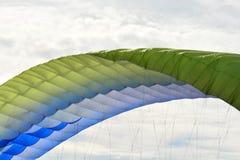 Färgrikt hoppa fallskärm mot den blåa himlen royaltyfri foto