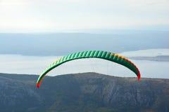 Färgrikt hoppa fallskärm mot den blåa himlen arkivfoton