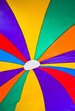 Färgrikt hoppa fallskärm som bakgrund Royaltyfri Bild
