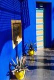 Färgrikt hus i Jardinen Majorelle i Marrakesh Arkivfoto