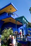 Färgrikt hus i Jardinen Majorelle i Marrakesh Fotografering för Bildbyråer