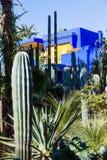 Färgrikt hus i Jardinen Majorelle i Marrakesh Arkivfoton