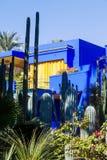 Färgrikt hus i Jardinen Majorelle i Marrakesh Royaltyfri Bild