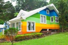 Färgrikt hus i skog Arkivfoto