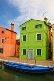 Färgrikt hus vid kanalen i Burano, Venedig, Italien Arkivbilder