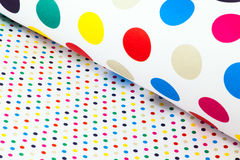 Färgrikt inpackningspapper med prickar Royaltyfri Foto