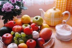 färgrikt köksbord royaltyfri bild