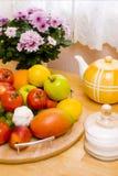 färgrikt köksbord fotografering för bildbyråer