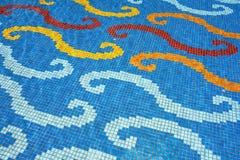 Färgrikt keramiskt i en simbassäng Arkivfoto