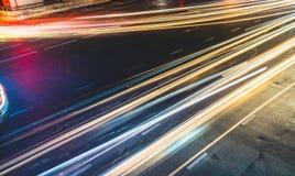 Färgrikt långt exponeringsljus skuggar över vägföreningspunkt, trafikbegrepp eller hastighetsabstrakt begrepp royaltyfri foto