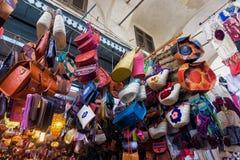 Färgrikt lager med traditionella souvenir i Tunis, Tunisien royaltyfria foton