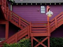 färgrikt landshus arkivfoton