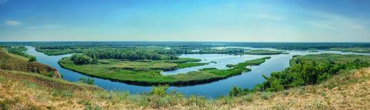 Färgrikt landskap för sommar på deltan av floden Vorskla från Royaltyfria Foton