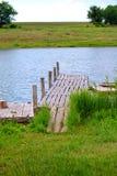 Färgrikt landskap med ett trä överbryggar över floden Fotografering för Bildbyråer