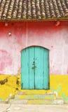 färgrikt lantligt facadehus Arkivbild