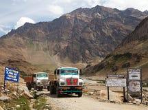 Färgrikt lastbilmärke TATA i indiska Himalayas Royaltyfri Foto