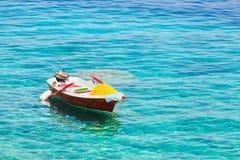 Färgrikt litet fartyg på vatten Royaltyfri Bild
