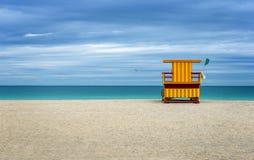 Färgrikt livvakthus på stranden arkivbild