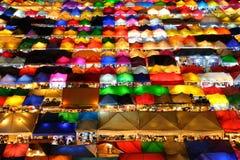 färgrikt ljus av den rötaFai Night marknaden i bankkok Royaltyfri Bild