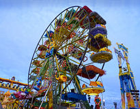 färgrikt Luna Park hjul Arkivbilder