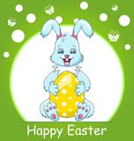 Färgrikt lyckligt påskhälsningkort med kanin som ler kaninen med ägget Royaltyfria Foton