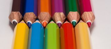 färgrikt många blyertspennor arkivfoton