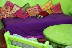 Färgrikt marockanskt rum Arkivbild